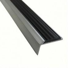 РА1 Противоскользящая накладка на ступени, резиновая вставка-черная, алюминий
